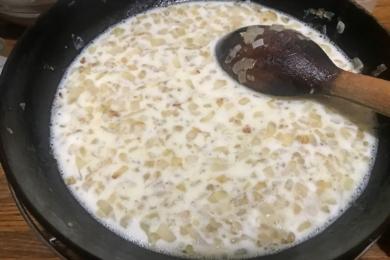 Вливаємо холодне молоко в гарячу цибулю