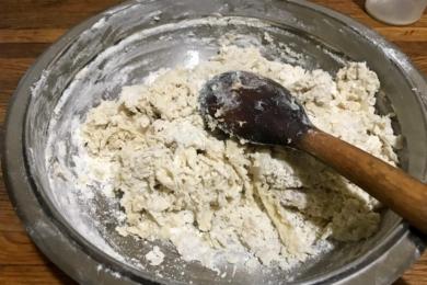 Місимо тісто спочатку ложкою в мисці