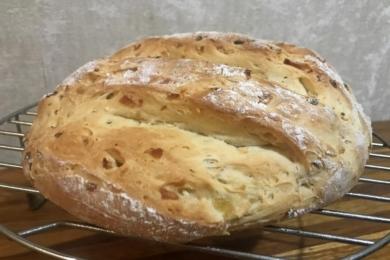 Викладаємо спечений домашній хліб на решітку