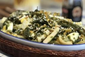 Салат з морської капусти, яєць і кальмарів