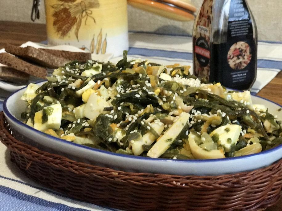 Салат з морською капустою, яйцями і кальмарами готовий