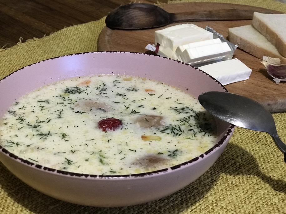 Їсти курчий суп з плавленими сирками краще трохи охолодженим