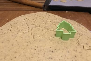 Охолоджене тісто розкатуємо в пласт товщиною трохи менше сантиметра, формочками робимо печиво