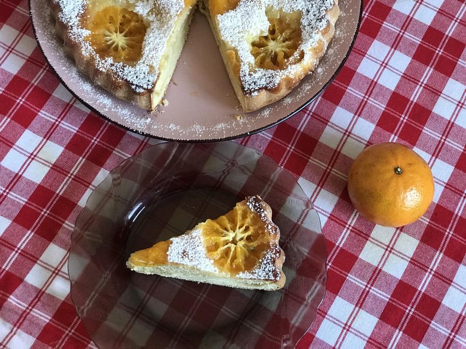 Подаємо мандариновий пиріг до чаю гарячим