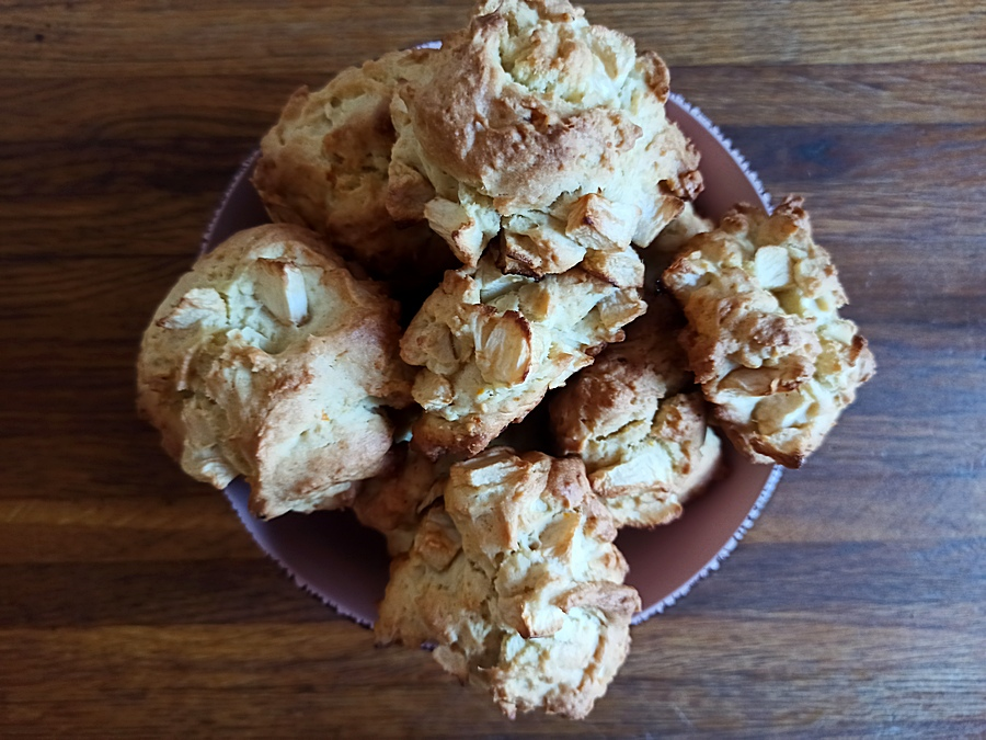 Просте м'яке печиво з яблуками готове