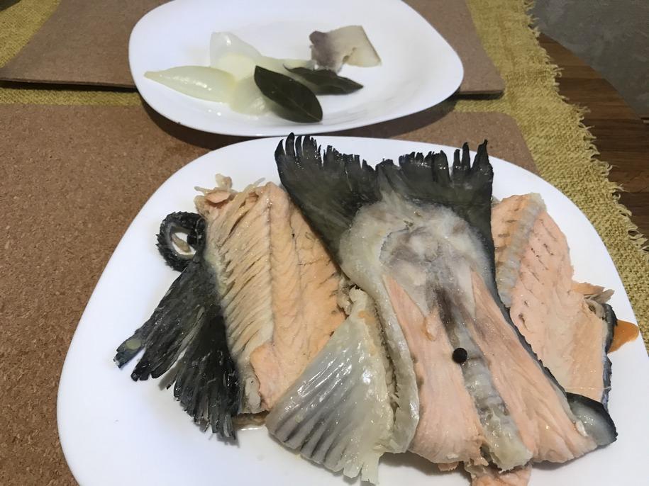 Дістаємо з бульйону листочки лаврового листа, сало, цибулю і рибу