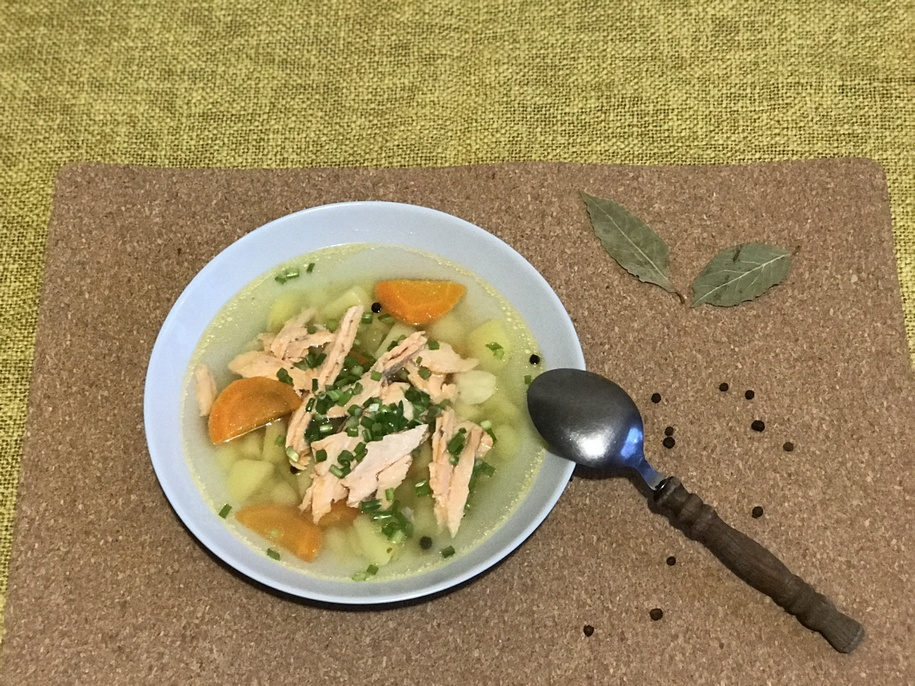 Рибу відділяємо від скелету, розкладаємо по тарілкам. Розливаємо рибний суп.