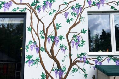Картини та мурали на стіні будинку