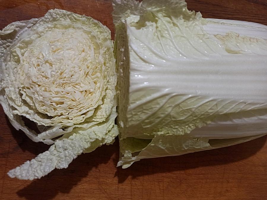 Нарізаємо пекінську капусту