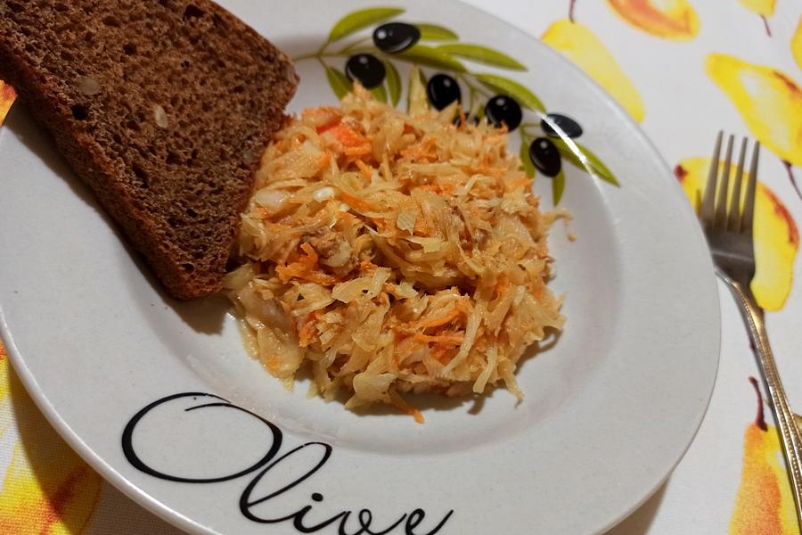 Салат з капустою та тунцем