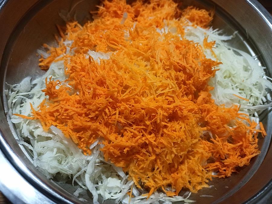 Натираємо моркву та додаємо до капусти