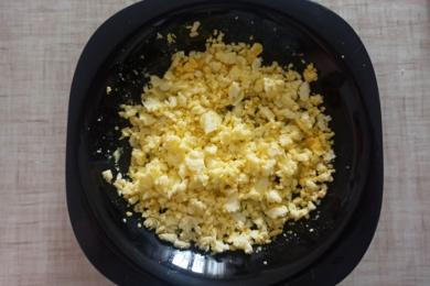 Частину яєць розминаємо виделкою