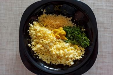 Додаємо соус, спеції, сир та зелень