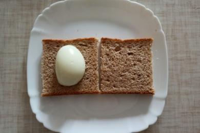 Викладаємо половинку яйця на тостовий хліб