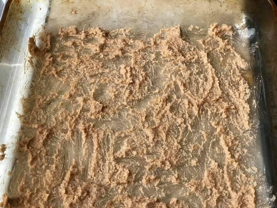 Змащуємо форму для випікання масляним кремом