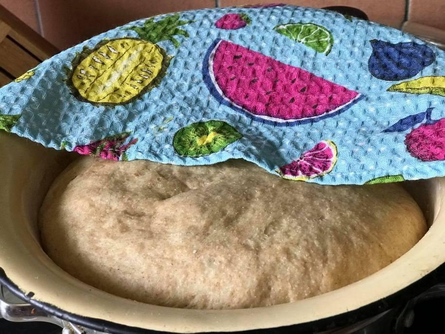 За годину тісто на булочки з корицею збільшиться приблизно у два-три рази