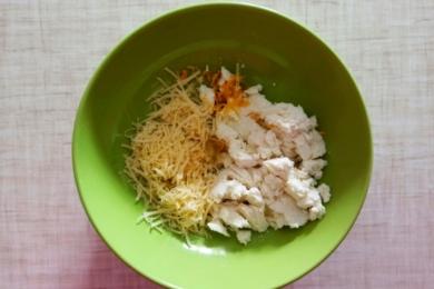 Додаємо у миску інгредієнти для соусу