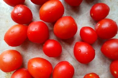 Миємо томати чері та викладаємо у форму