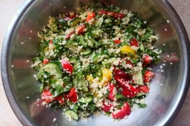 Змішуємо інгредієнти салату