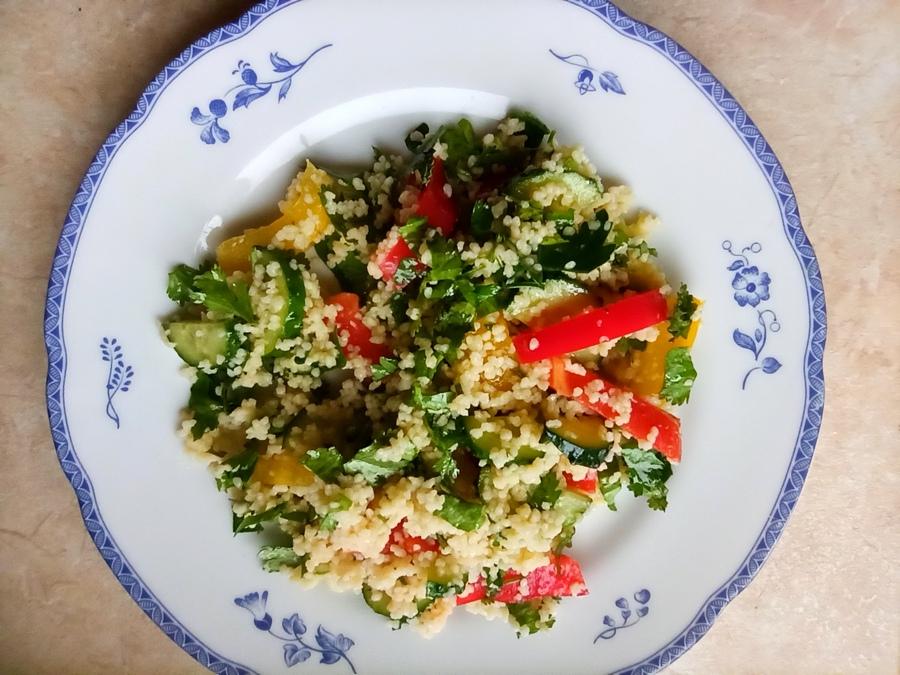 Салат із кускусом та овочами готовий