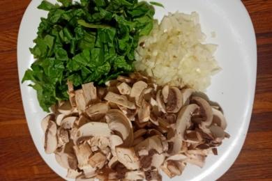 Подрібнюємо шпинат, ріпчасту цибулю та гриби