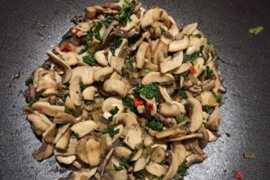 Обжарюємо овочі з грибами на олії
