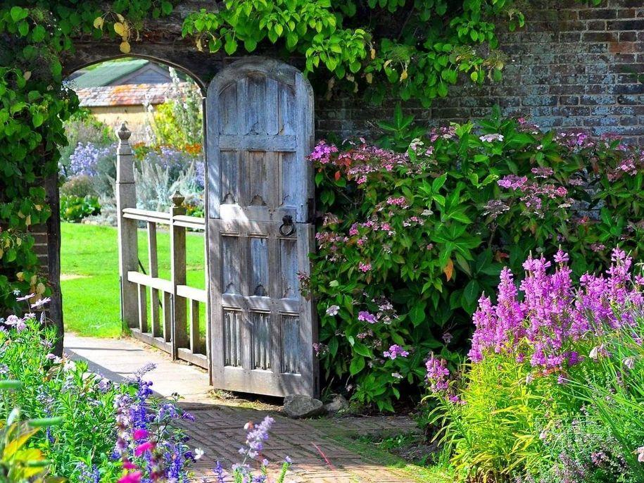 Привабливим англійський сад робить відчуття казкової пасторальності та природної гармонійності, народженої з хаосу