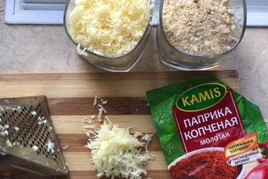 Для кляру змішуємо сухарі, сир і спеції