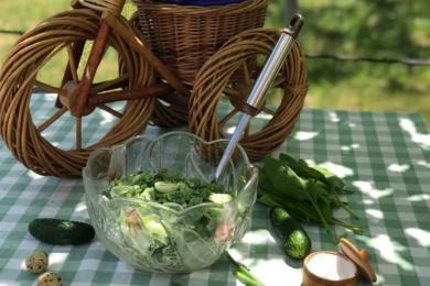 Салат з шпинатом, яйцем і огірком