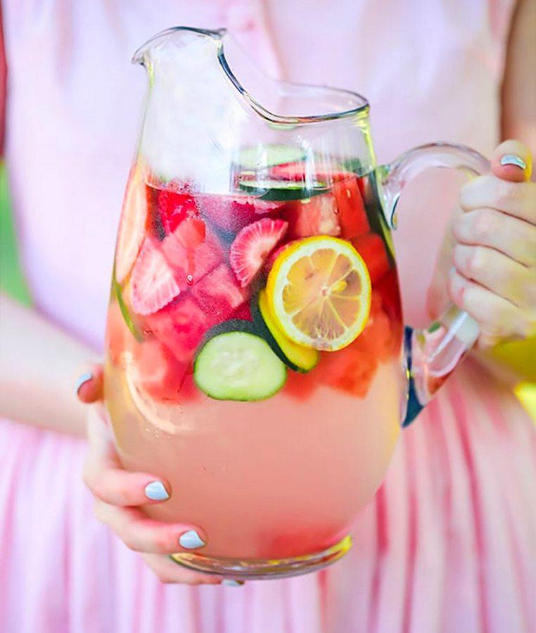 Фрукти і ягоди - ідеальне доповнення до води, щоб зробити її ще кориснішою і смачнішою