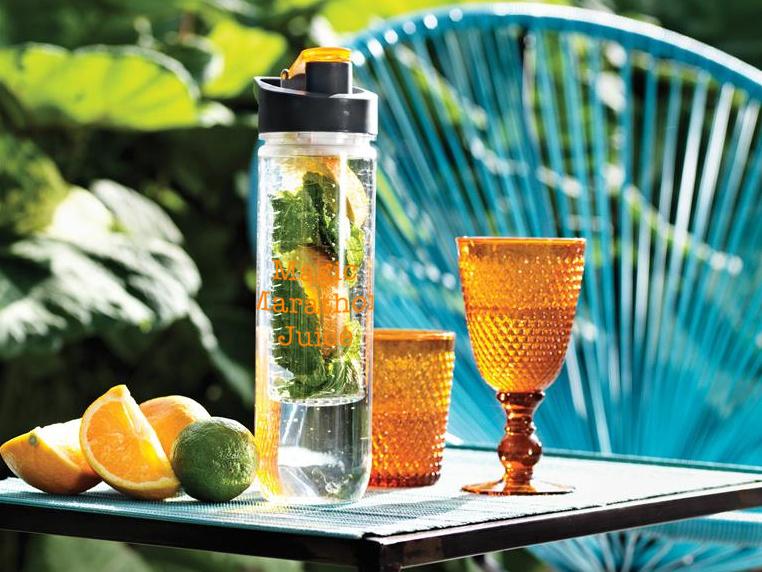 Лимонна вода - крім того, що чудово освіжає, багата на вітамін С