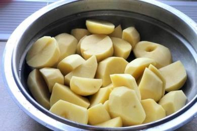 Чистимо і нарізаємо на четвертинки картоплю