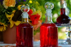 Домашні лікери за універсальним рецептом — трояндовий, лавандовий, ягідний. © Анна Шульженко