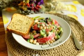 Овочевий салат із нутом та сиром Фета