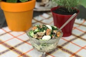 Салат з мідіями, яйцем та огірком