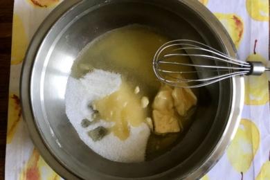 У миску відміряємо цукор та додаємо пом'якшене вершкове масло