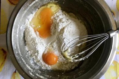 Додаємо борошно, розпушувач, яйця та дрібку солі