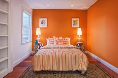 Помаранчева спальна кімната