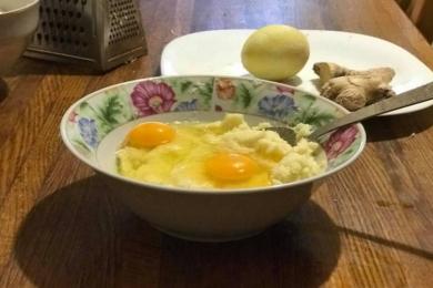 Розбиваємо в миску 2 яйця