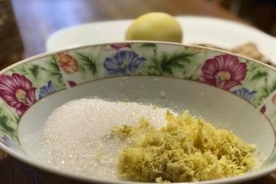 Натираємо цедру лимона і корінь імбиру, додаємо 200 г цукру і перетираємо